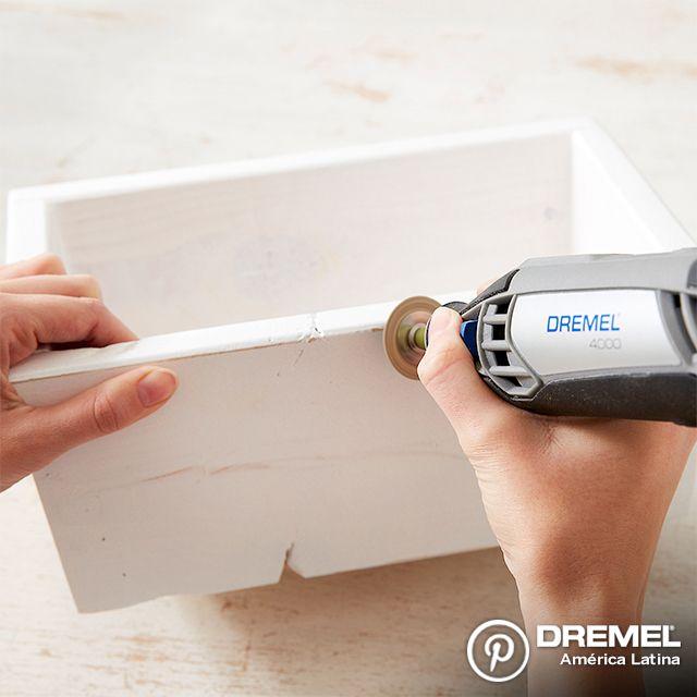 Paso 3: Para dar un efecto rústico, luego de que la pintura esté seca, utilizaremos los discos  de lija para desgastar algunas secciones de la pintura.