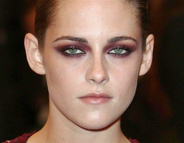 Kristen Stewart Destacada Em Matéria Sobre Maquiagens ColoridasKristen Stewart Ela soube realçar os olhos verdes com uma sombra tom berinjela, metálica, logo abaixo dos cílios inferiores e em direção ao nariz.