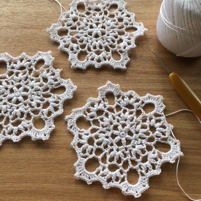 Noteダルマレース糸「葵」color No. 12号レース針(1.50mm)  約10㎝Patternmemo作り目はわから編む方法で細編み6目。2段目は変わり中長編み3目の玉編みを編みます。前の段の鎖編みに編むところは、束で拾って編みます。6段目が終わったら、引き抜き編みで針の位置を動かし、鎖編みの途中から7段目を編み始めます。