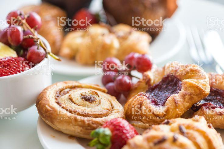 Prima colazione continentale-Brioche alla cannella, panini, pasticcini danesi, muffin, frutta fresca Foto di Stock 75890613 - iStock