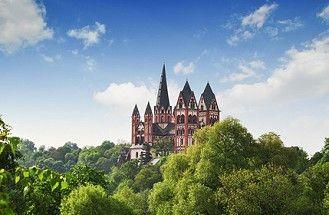 Die mittelalterliche Burg Limburg mit Dom im Westerwald. Limburg Castle, Rhineland-Palatinate, Germany.