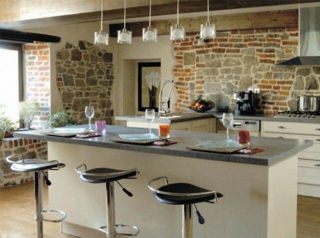 Mur de pierre dans cuisine.