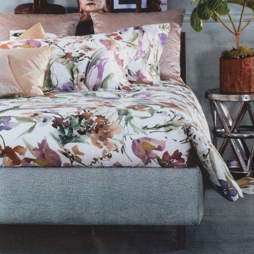 Svad Dondi, completo letto matrimoniale Florilegio realizzato in raso di cotone. Si compone di un lenzuolo sopra con stampa, un lenzuolo sotto con angoli e 2 federe. La delicatafantasia floreale veste il tuo letto con raffinata eleganza.