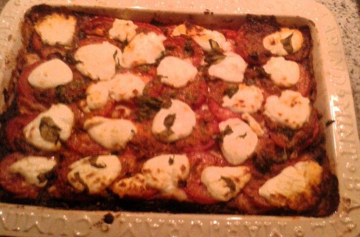 Lasagna met spinazie zalm en geitenkaas: 2 sjalotjes verse knoflook olijfolie oregano even fruiten. Dan tomato fritto pakje erbij. En flink wat uitgelekte bladspinazie. En verse basilicum. Onderin de ovenschaal 1 laag. Daarop lasagnabladen. Daarop gerookte zalm. Beetje rode saus met spinzie. Weer laag lasagna laden. Rest rode saus. Weer laag zalm. Totaal 300 gr. Gebruikt. Dan 5 roma tomaten in plakjes. Rode pesto verdelen over de tomaten en geitenkaas verdelen als bovenste laag en nog wat…