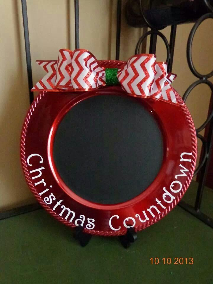 Charger with Chalkboard centerChristmas Countdown, Chalkboards Painting, Chargers Plates, Chalkboard Ideas For Christmas, Chalkboard Paint Projects, Holiday Countdown, Chalkboards Center, Chalkboard Paint Diy Ideas, Christmas Counting