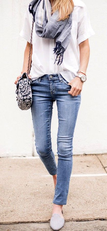 jeans justos + camisa branca larga + lenço grande da cor dos jeans + grande relógio + sapatos rasos e discretos + carteira da cor do lenço mas com padrão
