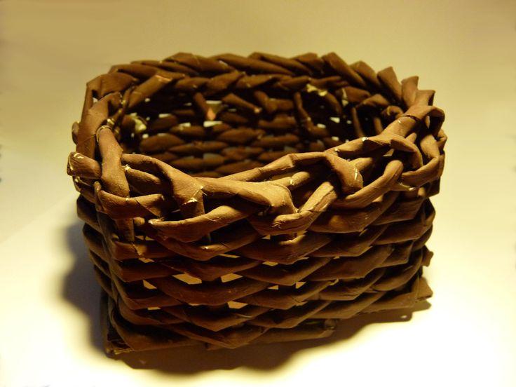 Little basket from paperscrolls.  Apró kosár papírból.