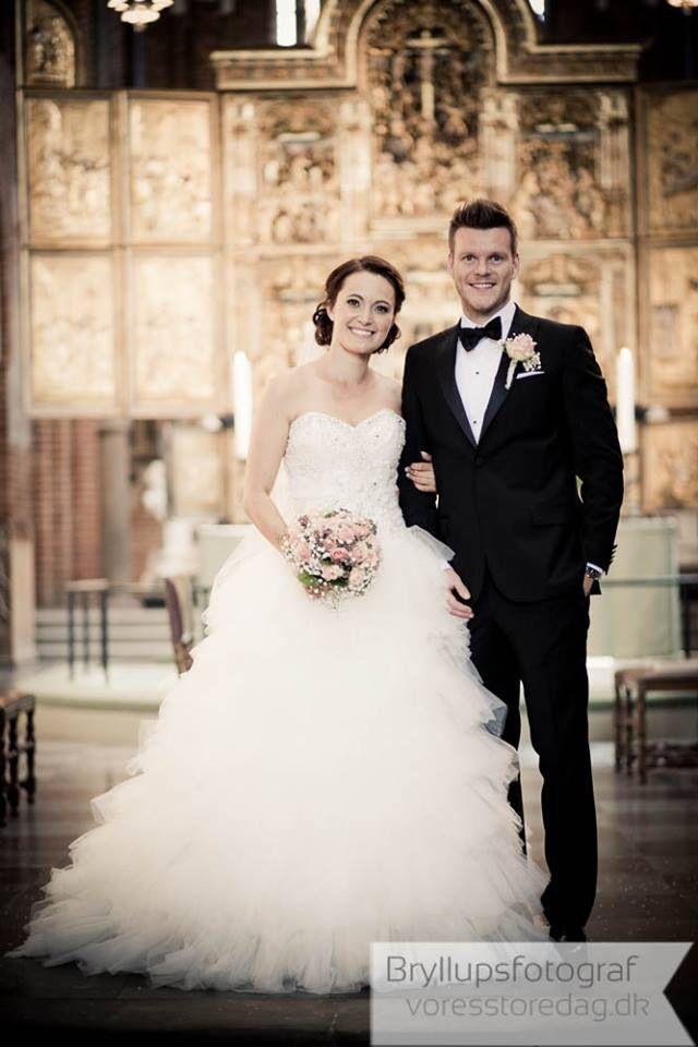 Brudeparret Jeanne og Lars holder deres smukke bryllup på en flot juli sommerdag. Først vielse i Roskilde Domkirke og derefter romantisk Bryllupsfest på Sonnerupgaard ved Hvalsø.