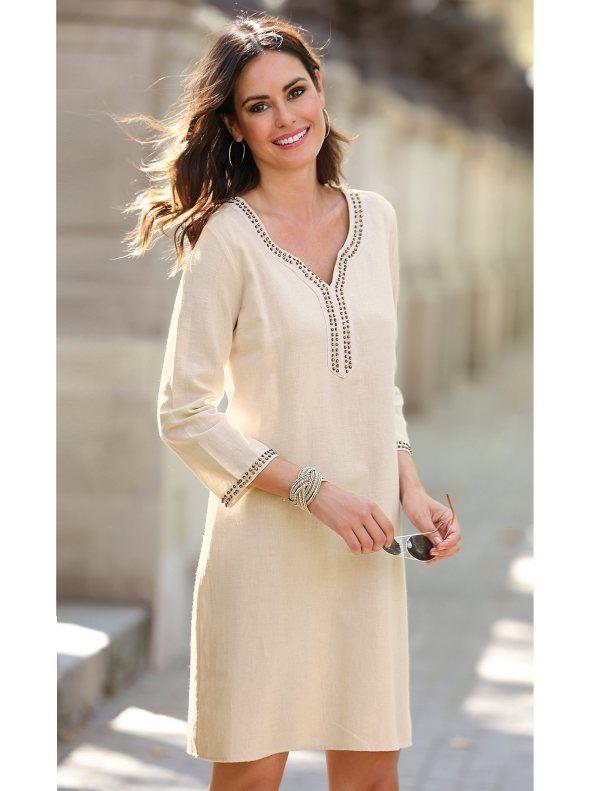 Espectacular vestido de líneas simples y depuradas que te vestirá con exquisita elegancia. Vestido tipo túnica con aplicaciones de fantasía en el escote - Venca - 140480