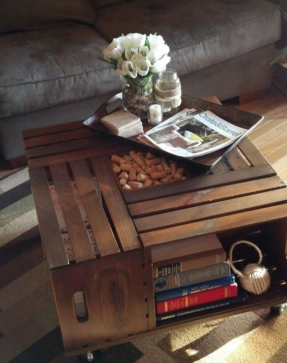 Usando cajas de madera podemos hacer una original mesa de centro para la sala.... reciclar para decorar nuestro hogar!