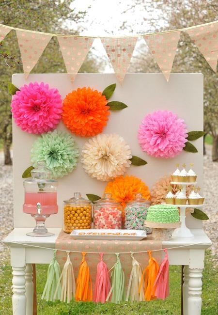 Fondo de Candy bar decorado con pompones de papel a modo de flores. Party Profile: Floral Fox | Happy Wish Company