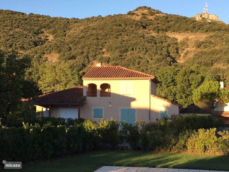 Villa in de ochtendzon met op de achtergrond de berg van Sampzon