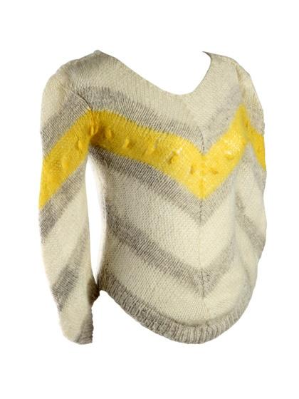 Wit-grijs gebreide trui met V-patroon en geel detail. #breien #trui