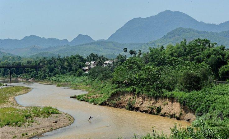 ラオス北部の古都ルアンプラバン Luang Prabang ເມືອງຫຼວງພະບາງ を流れるメコン川 Mekong ແມ່ນ້ຳຂອງ (2012年5月4日撮影、資料写真Files)。(c)AFP/ROSLAN RAHMAN ▼1Oct2016AFP|ラオスでつり橋が崩落 通学中の子どもら50人超転落、2人死亡 http://www.afpbb.com/articles/-/3102888 #Louangphabang #Mekong_River