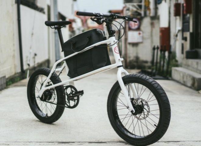 """CoastCyclesの「Quinn」は、""""究極のアーバンコミューター""""を謳う自転車通勤向けミニベロ。フレーム中央にラックが取り付けられており、ビジネスバッグを収納できる。"""