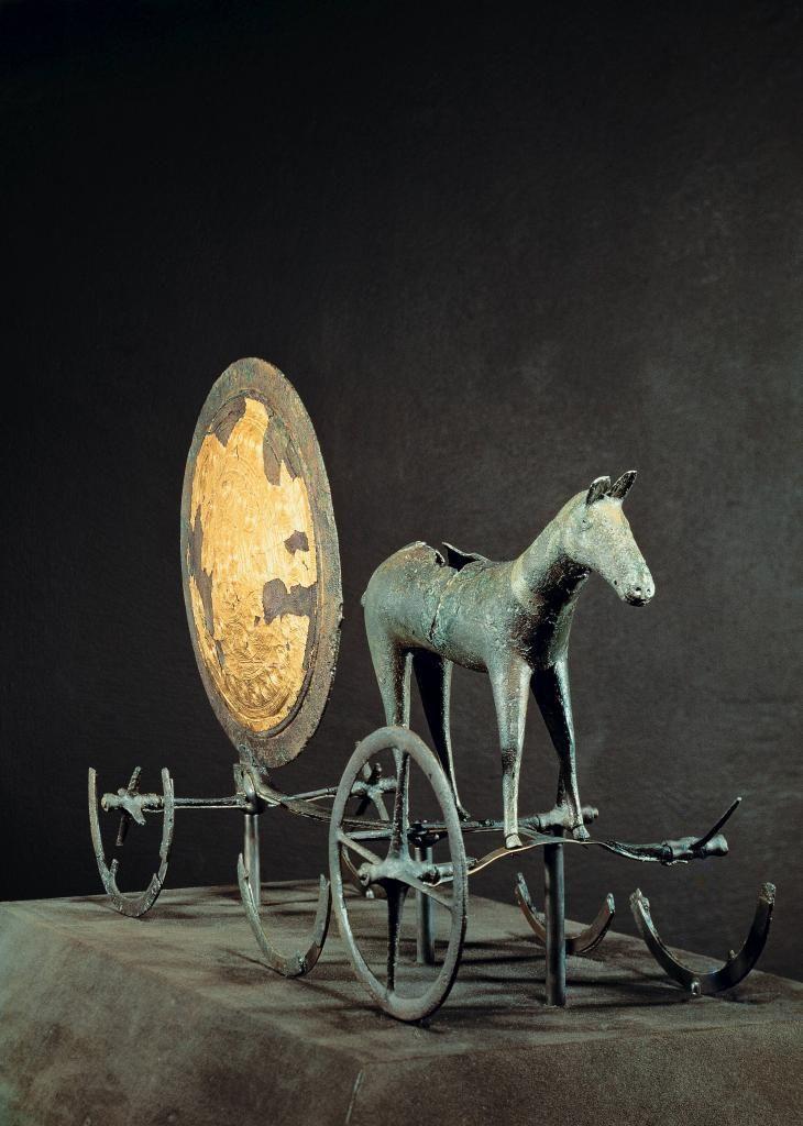 Solvognen. Kultbillede af Solen trukket af en hest. Solvognen, der stammer fra ældre bronzealder, ca. 1350 f.Kr., blev fundet i 1902 under pløjning i en mose ved Trundholm i Odsherred. I 1998 blev yderligere nogle fragmenter af vognen fundet det samme