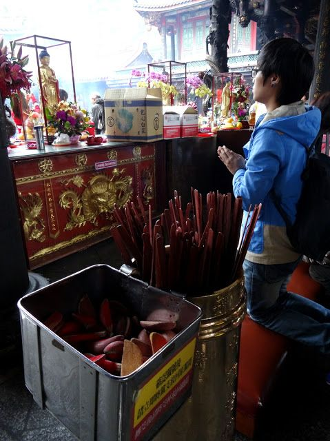 Taipei, Taiwan: Visiting the Longshan Temple in Wanhua District