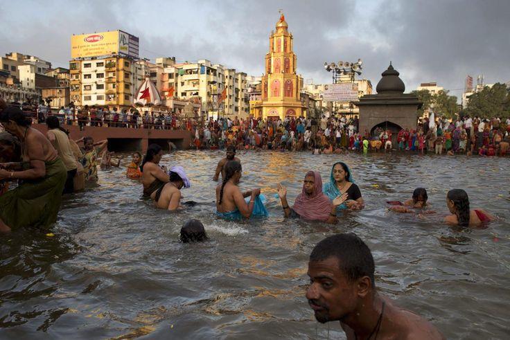 26.08.2015 Des pèlerins indiens se purifient dans la rivière Godavari à Nasik.Photo: AP