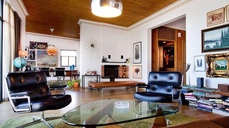 GJENNOMFØRT: Stuen er som resten av boligen, gjennomført til fingerspissene. Takpanelet ble bevart under oppussingen. Den stramme sofaen fra...