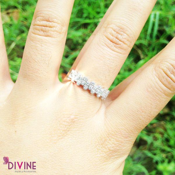 La representación femenina. hecha anillo. Pétalos de diamante es una joya perfecta para lucir en la oficina, en una reunión o un sencillo encuentro con amigos. Precio: $37.600