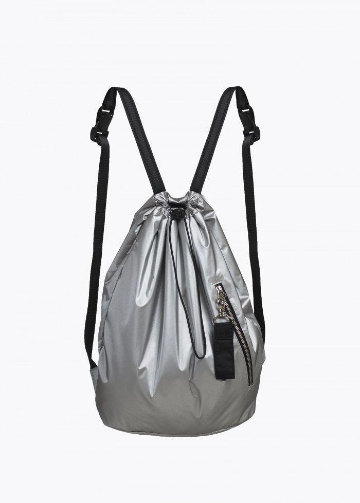 Цена: 1 990 ₽  Унисекс. Мягкий рюкзак в форме мешка из непромокаемой ткани. Утягивающий шнурок. Удобные регулируемые лямки с фастексами. Внешний карман на молнии. Замочек с карабином. Размеры рюкзака: 37 см ширина, 42 см высота.