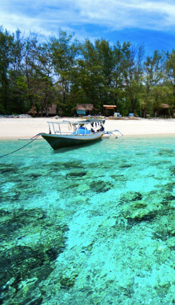 Turquoise waters and a white beach. It's easy to unerstand why the Gilis are so popular with tourist. Definitely one of the highlights of Indonesia.