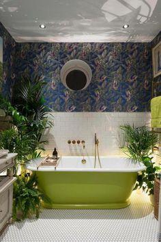 une salle de bains exotique au carrelage blanc et papier peint jungle tropical, baignoire verte