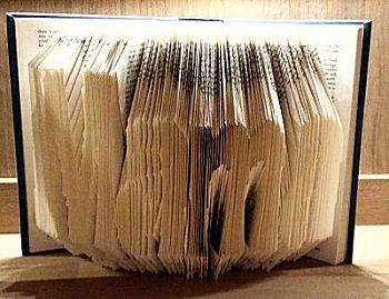 """Leuk om te maken voor Moederdag. Het woord """"Mama"""" gevouwen uit een boek uit de categorie Vouwen met boeken op www.knutselidee.nl"""