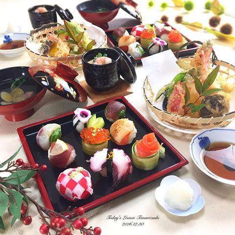 . 今日は料理教室でした😊🍳 大人気の手毬寿司で仕事おさめ🙏🏻💓 . 今日もインスタからご連絡を頂いた方で、 普段は長崎の大学に通っているそうですが 地元がこっちということで、 地元で過ごせる限られたお日にちの中 貴重な1日を使ってお越し頂きました🙇🏻♀️❤️ . 一人暮らしでまだ21歳なのに お料理上手で驚きました😊 レシピの覚えも早くてビックリ👀🙌🏻💓 . メニューは ✻#手毬寿司 ・紅白の編み玉子 ・たこ ・薔薇サーモン ・まぐろ×大葉 ・門松風いくら ・サーモン炙りチーズ ・まぐろ×れもん ・かんぱち×大葉 ・梅花れんこん ✻#天ぷら ・車海老 ・パプリカ ・ナス ・絹さや ・しいたけ ・アスパラ ✻#茶碗蒸し ✻お吸い物 . 色んなお話ができて楽しい時間でした😆 来月からドイツに留学だそう✈️ 🗣かっこいい〜💚 れいなちゃん、頑張ってくださいね💪🏻❤️ . . 来年の料理教室は4日からご予約出来ます\ ♪ ♪ / 始めたばかりなのにたくさんの方達に お越し頂けて本当に嬉しい日々です🤗…