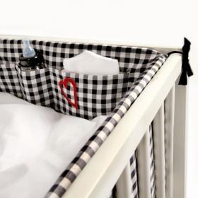 Stilrent för din bebis. Rutigt spjälskydd i svart och vitt med praktiska förvaringsfickor från Lundmyr of Sweden.