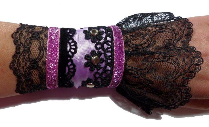 Bracelet manchette de créateur gothique romantique chic lilas et noir en dentelle : Bracelet par bijouxdart
