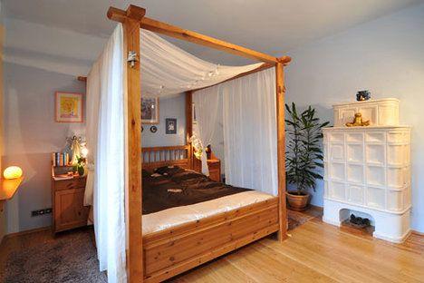 Ložnice je klidná a chladná místnost s minimem nábytku. Zvláštností jsou bílá kachlová kamna, zhotovená na míru. Přišla na více než 65 000 korun. A taková jsou  ve vile celkem dvoje. Přikládání do obou je prakticky řešeno samostatným topeništěm v chodbě. Klidný spánek zajištuje romantické lůžko s nebesy. Majitelé si ho velice pochvalují. Je to truhlářem upravená postel z IKEA; Vítr-Voda
