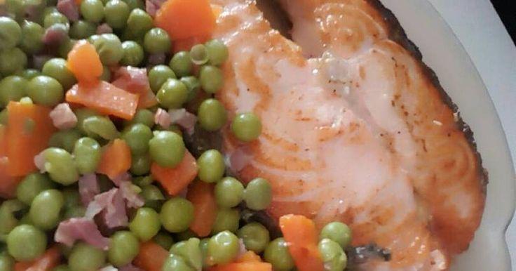 Fabulosa receta para Salmón a la plancha con guisantes, zanahoria y jamón.