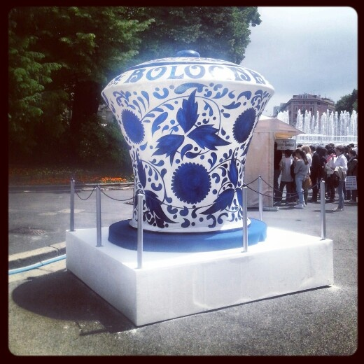 Giant biscuits vase in the Castello' square in #Milan. #biscuits #vase #sweets #madeinitaly #shoppinginitaly #shopping #online #shop #it #tourism #italyloveyou #italyphoto #italianeography #italiano #italiana #italians #italianstyle #italianlovers #italianpride #italianphoto #italianpride #italiansdoitbetter #italianjob #italya #italygram #igersitaly #igersitalia #italianigers