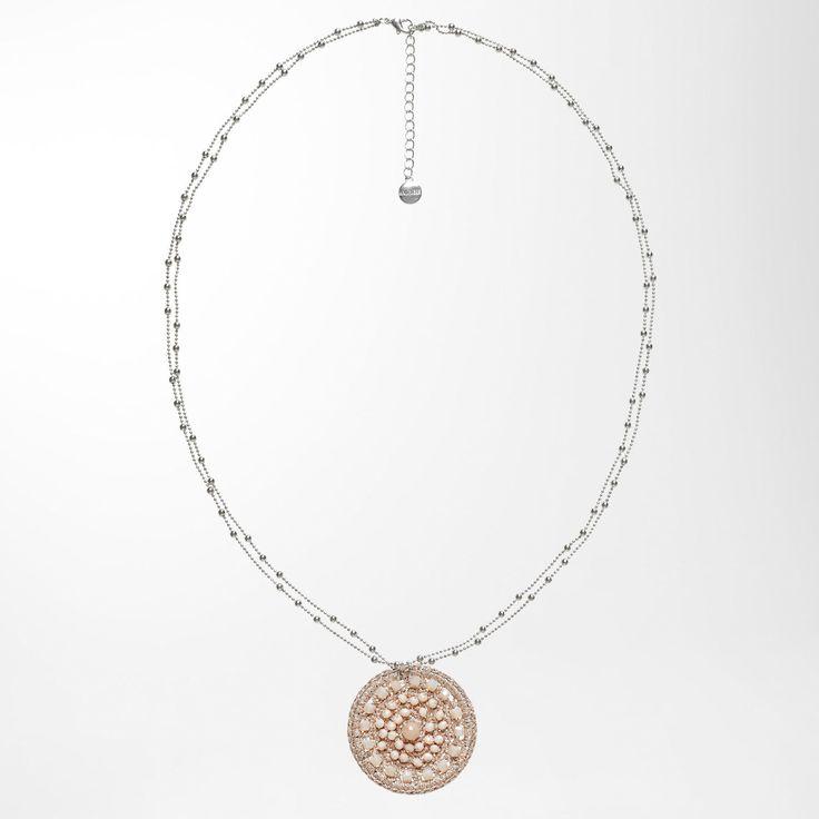 Bei dieser HALLHUBER Halskette fällt der Anhänger sofort auf: Dieser kommt in runder Medaillon-Form und ist aus einem filigranen Geflecht aus Lurex-Fäden gefertigt. Ein näherer Blick auf das Geflecht lenkt die Aufmerksamkeit auf die eingewebten Glitzerperlen – ein wunderbar glänzendes Finish für die Medaillon-Kette! Auch die lange Halskette zeugt von Liebe zum Detail: Sie besteht aus zwei feinen Metallsträngen, die mit Perlen bestückt sind. Dank Karabinerhakenverschluss im Nackenbereich…