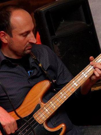 Siamo francamente sorpresi dalla bravura del bassista in un'incisione che mostra non solo abilità tecnica ma soprattutto equilibrio e nitidezza formale, co