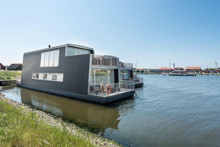Erlebe einen einzigartigen Urlaub auf diesem stilvollen Hausboot. Es liegt auf dem Fjord in Hvide Sande, und bietet eine schöne Aussicht auf das Wasser.