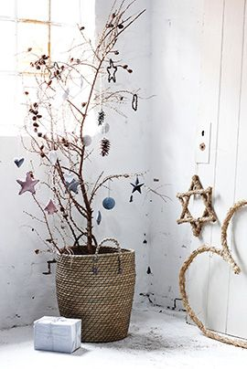 ..or the lazy-man's Christmas tree. ... ♥ ...branches in a basket