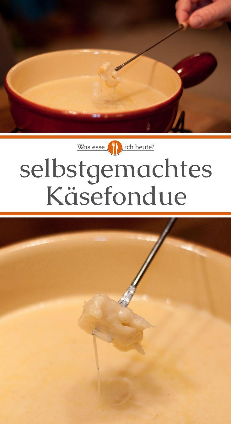 Draußen ist es kalt, man sitzt gesellig zusammen und genießt Schweizer Käsefondue – was gibt es Schöneres? Und wen es bisher wegen des Aufwands abgeschreckt hat, es geht schneller als erwartet und ist ganz einfach.   #kochen #rezept #rezepte #weihnachten #christmas #fondue #silvester #winterzeit