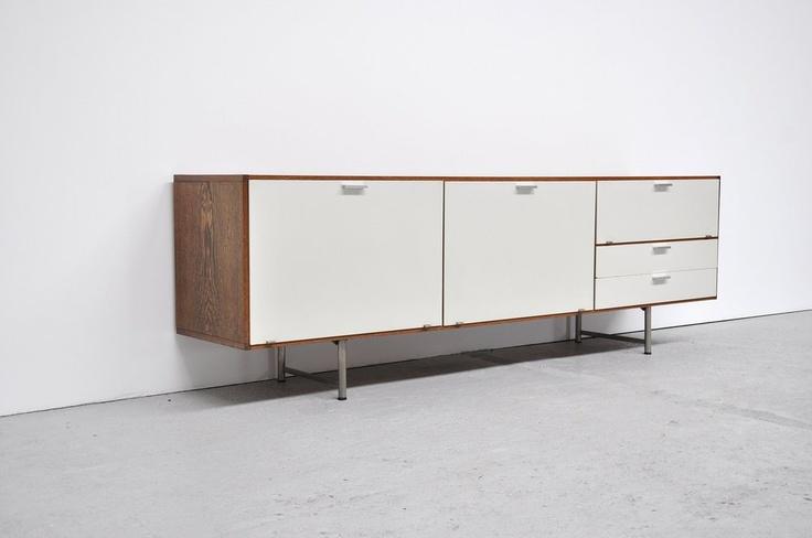 Voorbeeld meubel met houten frame.