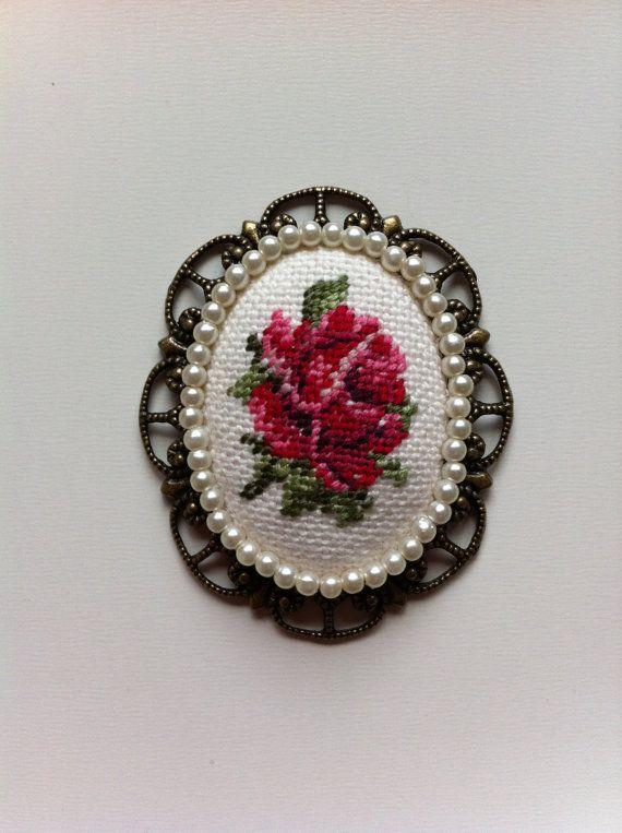 Vintage Rose Cross Stitch Pendant - Oval Bronze Necklace - El colgante bordado…