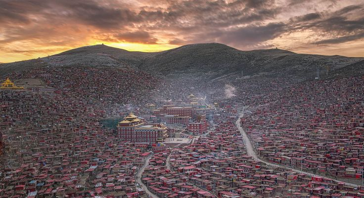 Larung gar is the buddha institute for monks and nuns in Tibet. Larung Gar Buddhist Academy, also known as Serthar Buddhist Institute, lies within the Larung Valley, at a peak of 4.000 meters, sitting only 15 kilometers away from Sertar, in Sertar County, Garze Prefecture. Traditionally, the area is famous by the name of Kham, the Tibetan region of West Sichuan, China. Several monks at Larung Gar told me that there are at least 40,000 people living there and possibly more.