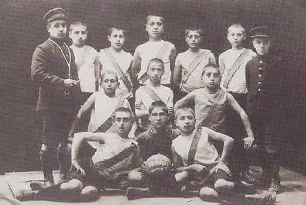 İstanbul Ermeni çocuklar futbol takımı (1910)