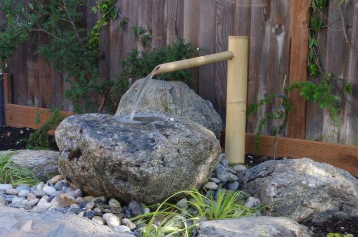 aménagement jardin fontaine en bambou et grand rocher