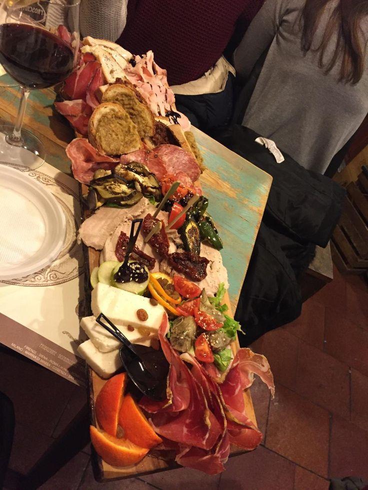 #foodies #foodporn #italyeats #ToscanaInTavola La Prosciutteria, Roma - tagliere misto con Crudo, Porchetta, Pecorino stagionato, sottoli misti, Sbriciolona, crostini misti, carpaccio di Tacchino, frutta e confetture dolci d'accompagnamento