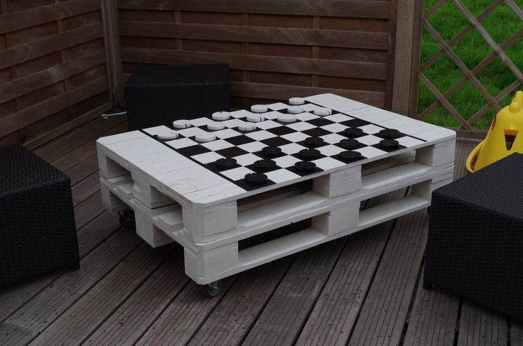 Pallet chess or draughts table - make a wider one with checkers, backgammon, scrabble