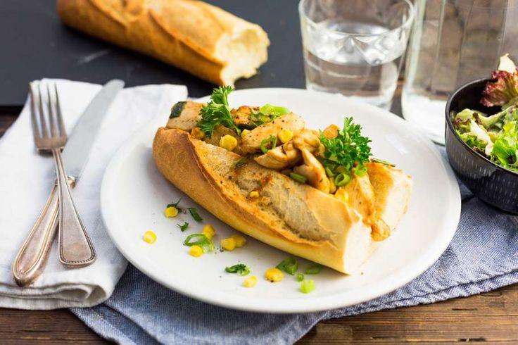 Recept voor gevuld stokbrood voor 4 personen. Met zout, olijfolie, peper, kipfilet, afbakstokbrood, slamelange, tzaziki, bosui, barbecuesaus en maïskorrels