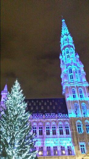 La Grand Place iluminada al son de la música.  Una maravilla de la navidad. #Xmasmarkets