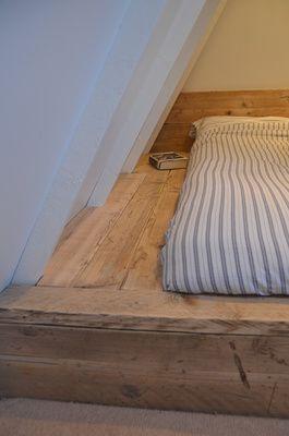 Oh my god I love this bed!!! So cosy!! Mooi ingebouwd bed met hergebruikt hout..! Reclaimed wood built in bed.