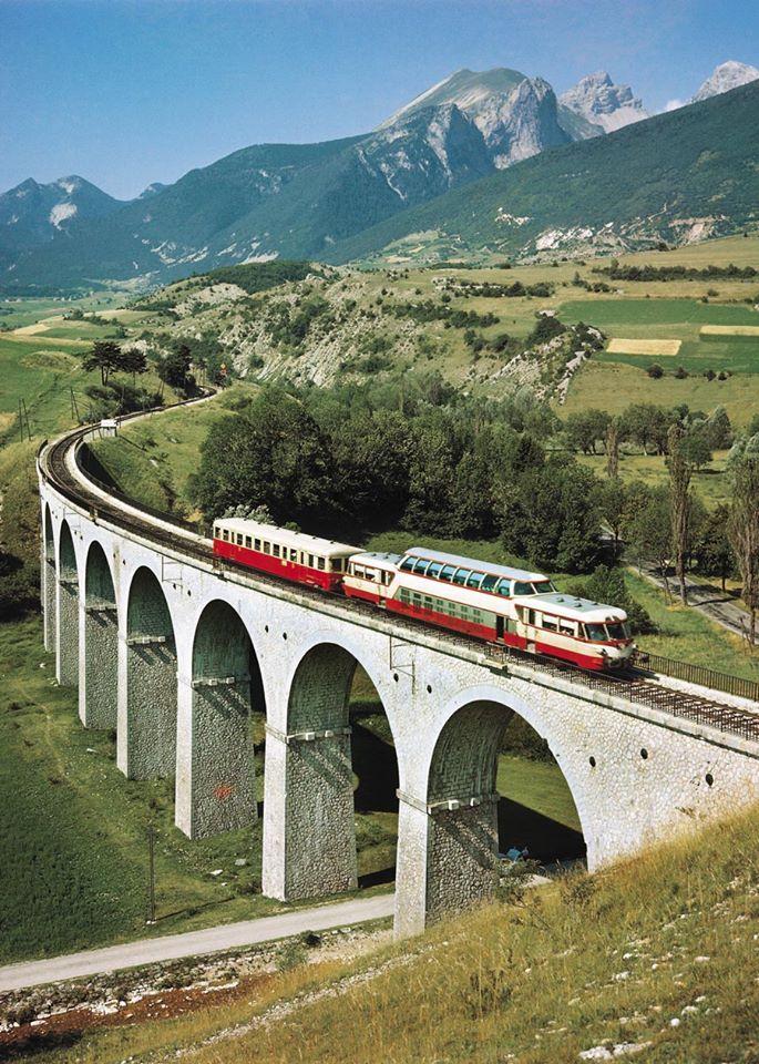 1964 - L'autorail panoramique (tr 708) Digne-Geneve sur le Viaduc des Fauries, pres de Lus-la-Croix-Haute, Drome